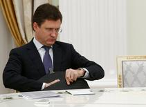 El ministro de Energía ruso, Alexander Novak, espera a reunirse con el Presidente Vladimir Putin en Moscú, Rusia 8 Noviembre, 2016. El ministro de Energía ruso, Alexander Novak, dijo el jueves que el bombeo global de petróleo podría congelarse a los niveles de noviembre si los principales productores del mundo logran concretar un acuerdo el 30 de noviembre. REUTERS/Sergei Karpukhin