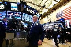 El Ibex-35 cerró el jueves con una caída del 1,6 por ciento, liderando los descensos en Europa, en un mercado volátil pendiente de los primeros pasos de Donald Trump tras ser elegido nuevo presidente en Estados Unidos. En la imagen, operadores de la Bolsa de Nueva York (NYSE) en la ciudad de Nueva York, REUTERS/Brendan McDermid