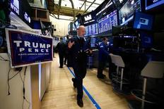 Трейдеры на фондовой бирже Нью-Йорка 10 ноября 2016 года. Акции американских банков взлетели в четверг до уровней, невиданных с середины 2008 года, в результате чего индекс Dow подскочил до максимума за все годы, а акции хай-тек упали на фоне разворота Уолл-стрит, ставящей на преимущества, которые способно принести президентство Дональда Трампа. REUTERS/Brendan McDermid