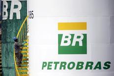 Funcionário pinta tanque da Petrobras em Brasília.  30/9/2015. REUTERS/Ueslei Marcelino