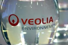 Veolia, qui a cédé près de 17% depuis le début du mois, met un terme à cette tendance baissière et reprend 2,56% à 17 euros, affichant la plus forte hausse du CAC 40. /Photo d'archives/REUTERS/Charles Platiau