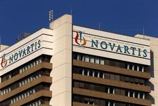 Le groupe pharmaceutique Novartis envisage de vendre Alcon, sa division de soins oculaires qui pèse sur ses résultats, déclare son président dans une interview au journal dominical suisse SonntagsZeitung. /Photo d'archives/REUTERS/Arnd Wiegmann