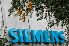 Siemens a annoncé lundi l'achat de l'américain Mentor Graphics, spécialisé dans les logiciels de conception des semiconducteurs, pour 4,5 milliards de dollars (4,2 milliards d'euros), soit 37,25 dollars par action. /Photo prise le 7 octobre 2016/REUTERS/Michaela Rehle