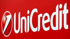 El logo del Banco Unicredit es visto en el centro de Milán, Italia,23 de Mayo , 2016. UniCredit y Societe Generale declinaron el lunes comentar sobre los rumores de una posible fusión, luego de que las acciones de ambos bancos saltaran por las especulaciones de una combinación de sus negocios. REUTERS/Stefano Rellandini/File Photo