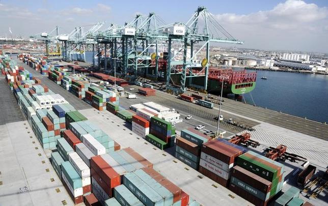 11月14日、米下院・歳入委員会のブラディ委員長(共和党)は、トランプ政権が発足しても、引き続き自由貿易の推進を目指す方針を示した。写真はカリフォルニア州ロサンゼルスの港で2014年10月撮影(2016年 ロイター/Bob Riha Jr.)