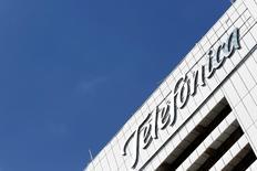 La española Telefónica anunció el martes la venta de su televisión en abierto en argentina Telefé por 345 millones de dólares a Viacom en un movimiento que le permitirá aflorar plusvalías por 205 millones de euros y reducir deuda.  Imagen del edificio de Telefónica en Caracas, Venezuela el 30 de julio de 2016.  REUTERS/Carlos Jasso