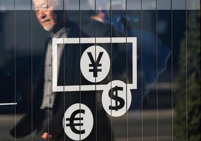 11月15日、終盤のニューヨーク外為市場では、ドルが主要通貨バスケットに対して上昇し、11カ月ぶりの高水準となった。都内で2014年11月撮影(2016年 ロイター/Issei Kato )