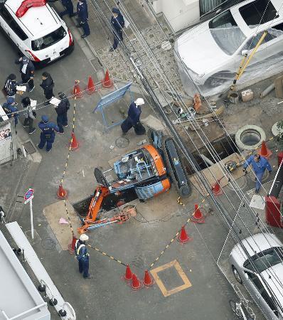 ショベルカー倒れ3人けが、東京