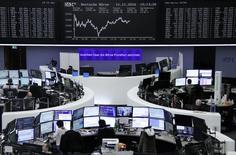 Las bolsas europeas subían en las primeras operaciones del miércoles, apoyadas en el rally de los valores vinculados a las materias primas y los repuntes en algunas empresas como Wire Card y Bouygues. En la imagen, operadores en la Bolsa de Fráncfort, el 11 de noviembre de 2016. REUTERS/Staff/Remote