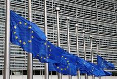 La zona euro en su conjunto necesita relajar su política fiscal el próximo año y hacerla moderadamente expansionista para impulsar una lenta recuperación económica, dijo el miércoles la Comisión Europea. En la imagen, banderas de la Unión Europea  delante de la sede de la Comisión Europea en Bruselas, Bélgica, el 15 de julio de 2016.  REUTERS/Francois Lenoir