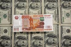 Рублевые и долларовые банкноты. Сараево, 9 марта 2015 года. Рубль в среду значительно дешевеет после сильного роста накануне и позитивного открытия биржевой сессии, где он пытался продолжить рост вместе с нефтью, затем развернувшейся в минус. REUTERS/Dado Ruvic
