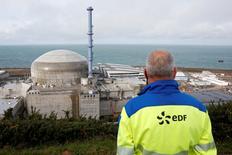 EDF a déclaré mercredi vouloir ramener à cinq milliards d'euros environ la facture des futurs modèles de réacteurs nucléaires, le seul exemplaire d'EPR en cours de construction en France à Flamanville (photo), dans la Manche, ayant connu des surcoûts et des retards à répétition. /Photo prise le 16 novembre 2016/REUTERS/Benoit Tessier