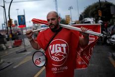 Los sindicatos UGT y Comisiones Obreras (CCOO) anunciaron el miércoles que pedirán una subida salarial para 2017 de entre el 1,8 por ciento y el 3 por ciento, poniendo sobre la mesa por primera vez una horquilla de subidas en vez de una única cifra. En la imagen, un miembro del sindicato UGT en una manifestación en Málaga, 1 de mayo de 2016. REUTERS/Jon Nazca