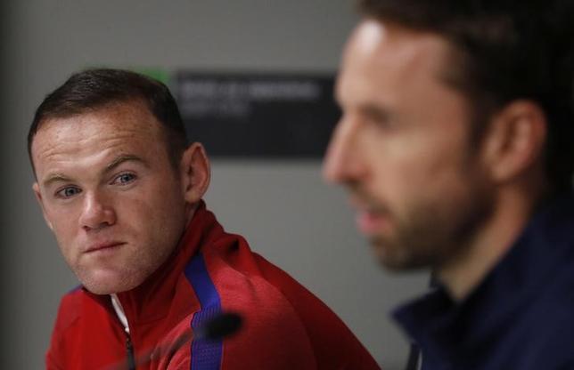 11月16日、サッカーのイングランド代表FWウェイン・ルーニー(左)は、地元紙に自身の「不適切な」写真が報じられたことを同代表のガレス・サウスゲート暫定監督に謝罪した。10月にリュブリャナで撮影(2016年 ロイター)