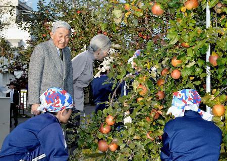 リンゴ並木で中学生と両陛下交流