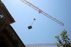 El consumo de cemento en España descendió el mes pasado un 7,2 por ciento hasta las 936.568 toneladas, alcanzando su nivel más bajo en un siglo en un mes de octubre, dijo el jueves la patronal del sector Oficemen. En la imagen, una obra en el centro de Madrid, 27 de julio de 2016. REUTERS/Sergio Pérez
