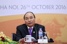El primer ministro de Vietnam, Nguyễn Xuân Phúc, habla durante una conferencia de prensa en Hanoi,Vietnam. 26 de Octubre. Vietnam ya no buscará la ratificación del Acuerdo Trans-Pacífico de Asociación Económica (TPP) debido a los cambios políticos que Estados Unidos tiene por delante, pero desea mantener buenas relaciones con Washington, dijo el jueves su primer ministro. REUTERS/Luong Thai Linh/Pool