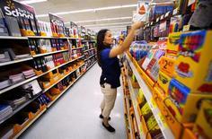 En la foto de archivo, una empleada acomoda productos en las estanterías de un local de Walmart en San Diego, California, EEUU.Wal-Mart Stores Inc reportó el jueves ventas trimestrales inferiores a las estimaciones en sus tiendas en Estados Unidos, afectada por el alza de los precios de los alimentos, lo que causaba una baja de casi 3 por ciento de sus acciones antes de la apertura de Wall Street. REUTERS/Mike Blake