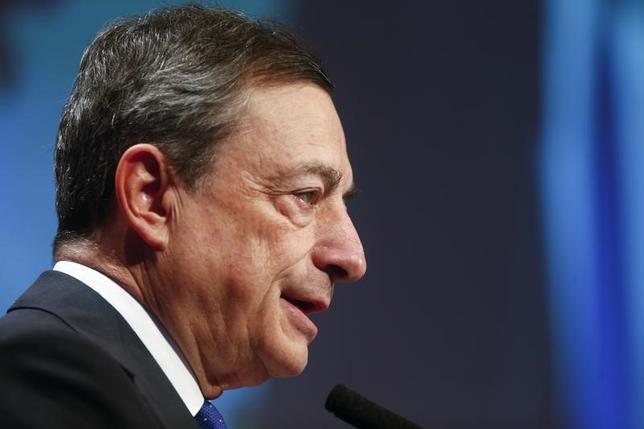 11月18日、欧州中央銀行(ECB)のドラギ総裁(写真)は、前例のない金融緩和の終了が決まっても、ユーロ圏の物価上昇率が継続的に回復できるかどうか注視していくと述べた(2016年 ロイター/Ralph Orlowski)
