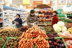 Покупатели в магазине Дикси в Москве 20 октября 2016 года. Банк России считает снижение инфляционных ожиданий населения в России неустойчивым, подтвердив прежнюю позицию, что для закрепления тенденции замедления инфляции необходимо сохранение текущего уровня ключевой ставки до первого-второго квартала 2017 года, сообщил регулятор в пятницу. REUTERS/Maxim Zmeyev