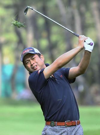 男子ゴルフ、米のケプカ単独首位