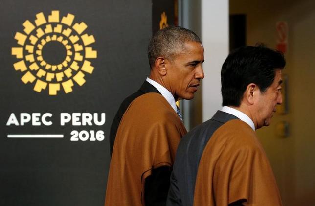 11月20日、オバマ米大統領(左)は、ペルーで開催されたアジア太平洋経済協力会議(APEC)首脳会議の合間に安倍晋三首相と言葉を交わし、日米連携の継続を再確認した(2016年 ロイター/Kevin Lamarque)