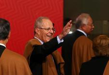 El presidente de Perú, Pedro Pablo Kuczynski (segundo a la izquierda), saluda luego de la foto durante la Cumbre de la APEC en Lima, Perú. 20 de noviembre de 2016.   REUTERS/Mariana Bazo