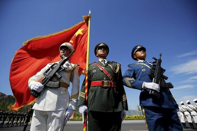 11月21日、中国国防省は、ミャンマーとの国境付近で20日に武装集団が軍や警察の施設を襲撃したことを受けて、中国軍が警戒態勢を取っていることを明らかにした。写真は北京で昨年8月撮影(2016年 ロイター/Damir Sagolj)
