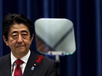 Japón planea asumir un rol de liderazgo y trabajar para que el tratado comercial Acuerdo Transpacífico de Cooperación Económica (TPP, por su sigla en inglés) entre en vigor lo antes posible, dijo el martes el secretario jefe del gabinete nipón. En la imagen, el primer ministro de Japón Shinzo Abe en una rueda de prensa en su residencia oficial en Tokio, Japón, el 6 de octubre de 2015. REUTERS/Yuya Shino