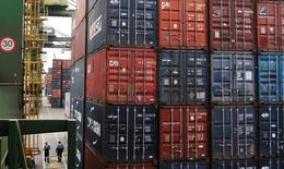 Contenderos almacenados en el puerto brasileño de Santos, sep 14, 2016. El déficit de cuenta corriente de Brasil se aumentó en octubre en relación al mes previo a 3.339 millones de dólares, informó el Banco Central el martes, cifra levemente mayor a la brecha de 3.100 millones de dólares prevista en un sondeo de Reuters.  REUTERS/Fernando Donasci