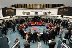 Operadores trabajando en la Bolsa de Metales de Londres, jul 22, 2011.  Los precios del cobre subían el martes hasta un 2 por ciento, impulsados por señales de suministros globales más ajustados, mientras los inversores que apostaban por un avance de la inflación en Estados Unidos y una mayor depreciación del yuan compraban el metal como cobertura.   REUTERS/Paul Hackett