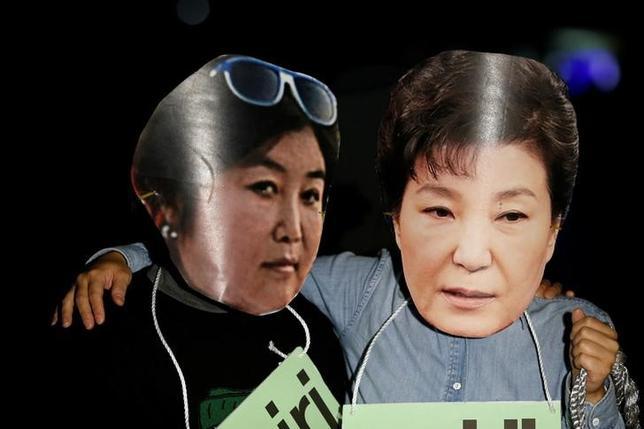 11月23日、韓国の検察当局は朴大統領と崔順実被告をめぐるスキャンダルに関連して、サムスン・グループや国民年金公団を捜索した。10月にソウルで行われた大統領への抗議デモで撮影(2016年 ロイター/Kim Hong-Ji)
