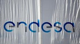 Endesa lideraba el miércoles los avances del Ibex-35  tras anunciar que continuará con su generosa política de retribución al accionista en los próximos años, con un crecimiento en el dividendo que irá a la par del beneficio entre 2016-2019. En la imagen de archivo, el logo de Endesa en una bandera en la sede madrileña, el 26 de abril de 2016. REUTERS/Andrea Comas