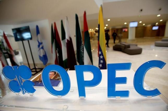 11月23日、ベネズエラのマドゥロ大統領はOPECの減産合意は「間近」と述べ、他の産油国にも同調を呼び掛けるため、デルピノ石油相をロシアに派遣する意向を示した。アルジェで9月撮影(2016年 ロイター/Ramzi Boudina)
