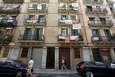 En la imagen de archivo, pancartas en contra de los apartamentos turísticos en una calle del barrio de la Barceloneta, Barcelona, el 18 de agosto de 2015. REUTERS/Albert Gea