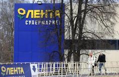Супермаркет Лента в Москве. 3 февраля 2014 года. Один из крупнейших в РФ ритейлеров Лента сообщила в четверг о досрочном удвоении торговых площадей с начала 2014 года и планирует представить новую стратегию развития сети в феврале будущего года. REUTERS/Maxim Shemetov