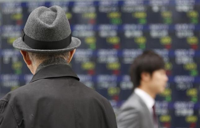 11月25日、前場の東京株式市場で、日経平均株価は前営業日比140円53銭高の1万8473円94銭となり、7日続伸した。写真は都内で2013年12月撮影(2016年 ロイター/Yuya Shino)