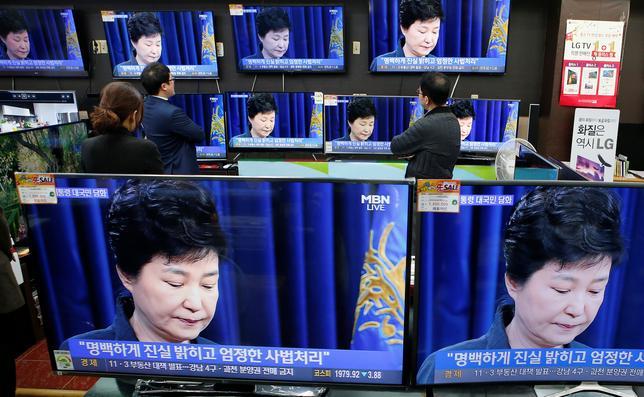 11月24日、韓国は深刻な政治危機に見舞われているが、投資家には一条の光が差し込んでいる。写真は、声明を発表する朴大統領を映したTV画面。ソウルで4日撮影(2016年 ロイター/Kim Hong-Ji)