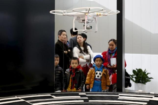 11月25日、中国国家発展改革委員会(NDRC)は、熱気球やパラシュート、小型無人機(ドローン)など軽飛行機類を利用して楽しむ「スポーツ・アビエーション」市場について、2020年までに国内で2000億元(289億3000万ドル)に拡大するとの見通しを示した。写真は深センで昨年12月撮影(2016年 ロイター/Tyrone Siu)