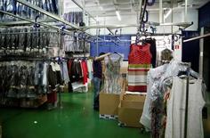Los precios industriales rompieron en octubre una tendencia de más de dos años consecutivos de descensos, apoyados en el repunte de los precios de la energía. En la imagen, unos trabajadores en una fábrica textil de Madrid, el 19 de mayo de 2014. REUTERS/Andrea Comas