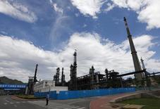 НПЗ компании Sinopec в Пекине. 31 мя 2011 года. В октябре Россия стала крупнейшим поставщиком нефти в Китай, обойдя Саудовскую Аравию, сообщило в пятницу Главное таможенное управление Китая. REUTERS/Petar Kujundzic