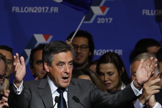 11月25日、来年の仏大統領選に向けた中道・右派陣営の候補者を選び争いは、フィヨン元首相の勝利が濃厚な情勢。決選投票前最後の選挙演説で熱弁をふるう同氏。(2016年 ロイター/Philippe Wojazer)