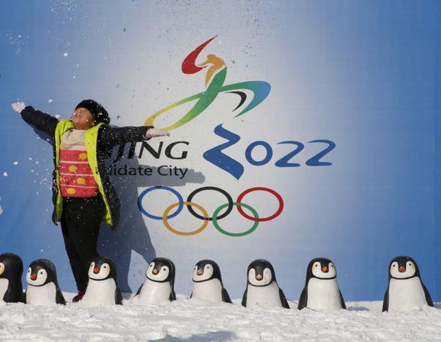 11月25日、中国は2022年冬季五輪北京大会に向けて、ウィンタースポーツに国民3億人を参加させる取り組みを計画しているという。写真は2022年冬季五輪の北京開催決定を喜ぶ少女。北京で1月撮影(2016年 ロイター/Kim Kyung-Hoon)