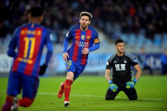 11月27日、サッカーのスペイン1部は各地で試合を行い、レアル・ソシエダ─バルセロナは1─1の引き分けに終わった。写真は同点ゴールを決めたバルセロナのリオネル・メッシ(2016年 ロイター/Vincent West)