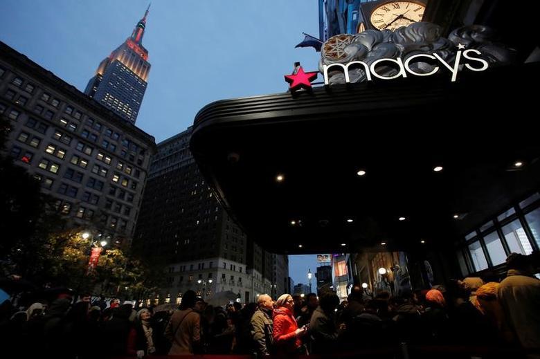 2016年11月24日,美国纽约,人们在梅西百货门口排队等待黑色星期五促销。REUTERS/Andrew Kelly