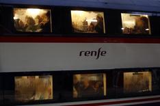 El ministro de Fomento español, Iñigo de la Serna, anunció el lunes la adjudicación definitiva de un multimillonario contrato de suministro de trenes para Renfe a la española Talgo. Imagen de un tren de Renfe. tomada el 31 de octubre de 2013.   REUTERS/Sergio Perez