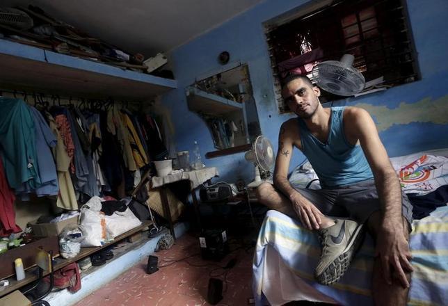 11月28日、キューバの警察当局は、カストロ前国家評議会議長の死去を喜んでいるような内容のビデオを投稿したとして、反体制派のアーティストとして知られているダニーロ・マルドナード氏(写真)を拘束した。ハバナの自宅で昨年撮影(2016年 ロイター/Enrique de la Osa)