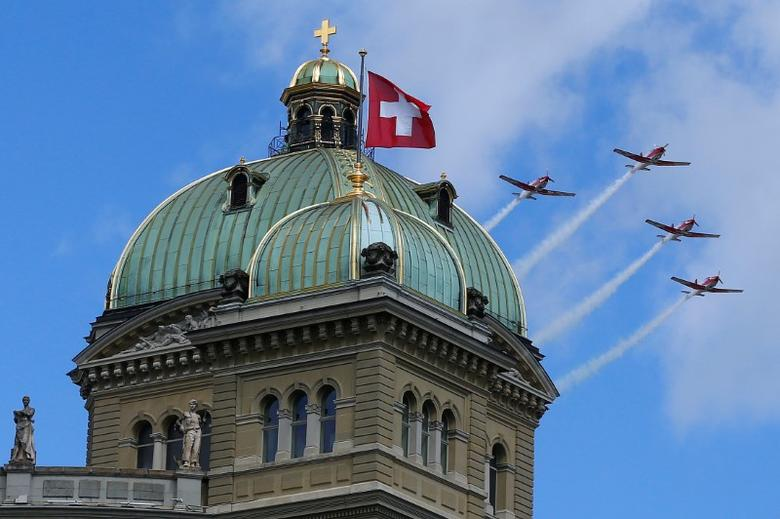 Four Pilatus PC-7 aircrafts of the Swiss Air Force fly over the Swiss Parliament building in Bern, Switzerland June 17, 2016. REUTERS/Ruben Sprich