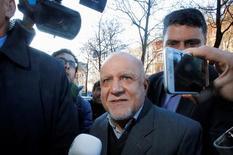 El ministro del Petróleo de Irán, Bijan Zanganeh, a su llegada a una reunión de funcionarios de la OPEP en Viena, nov 29,  2016. El ministro del Petróleo de Irán dijo el martes que su país estaba dispuesto a dejar su producción de crudo en los niveles acordados con la OPEP durante una reunión realizada en septiembre en Argelia  REUTERS/Heinz-Peter Bader