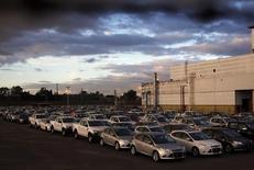 Vehículos nuevos de Ford en el estacionamiento de la fábrica en Pacheco, Argentina, mayo 22, 2014. La producción industrial de Argentina habría caído en promedio un 5,8 por ciento interanual en octubre, con lo que sumaría nueve meses consecutivos de contracción, afectada en su mayoría por la menor actividad en compañías de los sectores alimentario y automotriz, según un sondeo de Reuters publicado el martes.  REUTERS/Marcos Brindicci